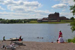 Sairion uimapaikka, taustalla Hämeen linna
