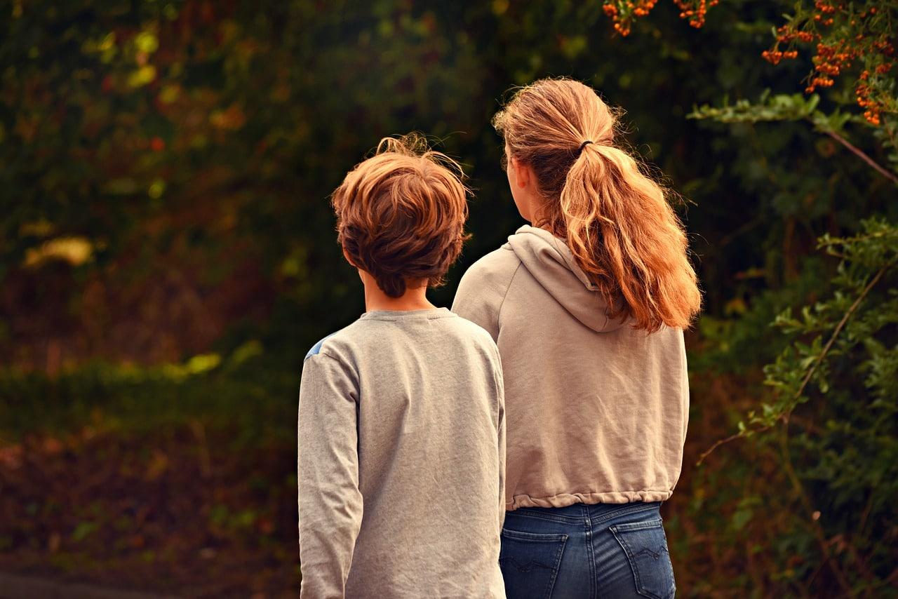 Sisko ja veli kävelyllä