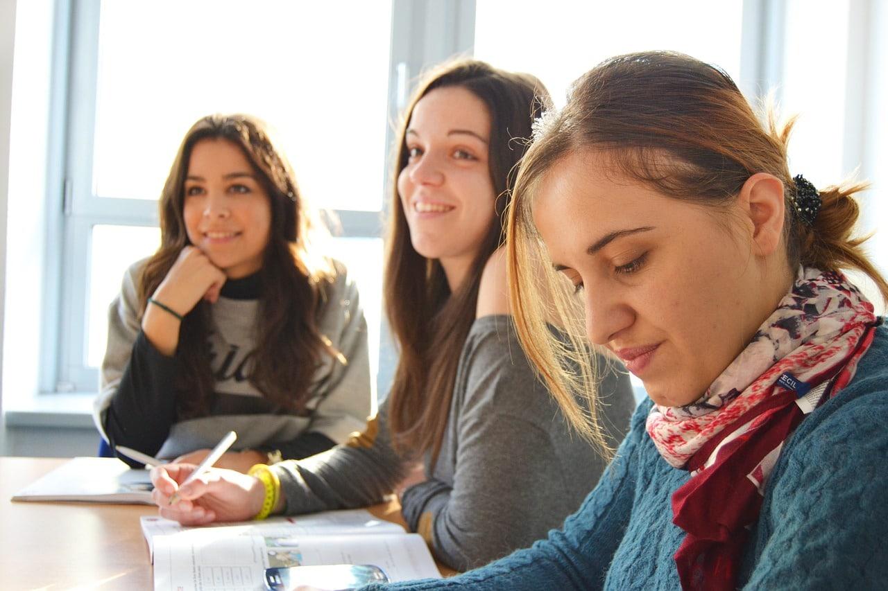 في الصورة طالبات في الصف