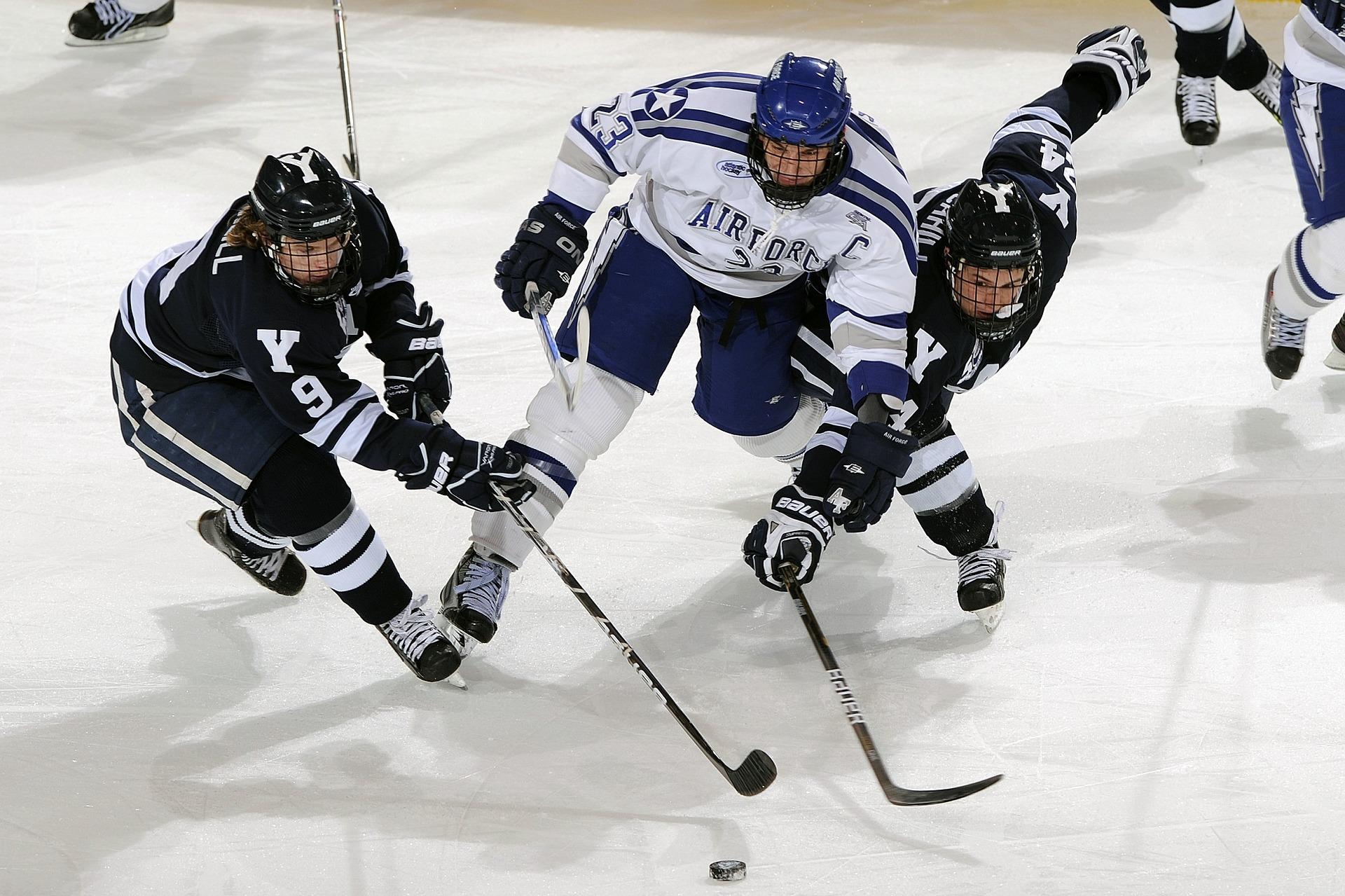 Miehet pelaavat jääkiekkoa