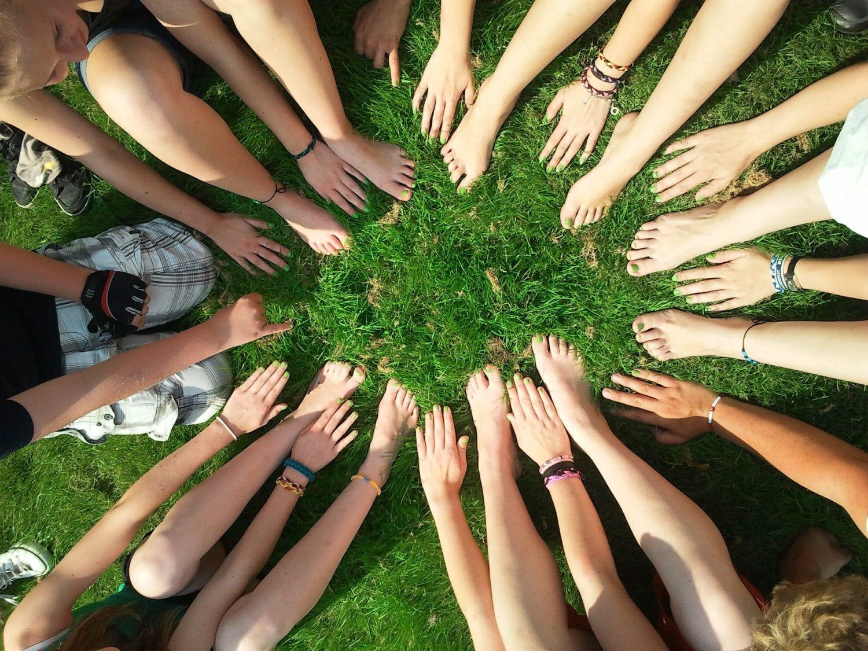 Monta kättä muodostamassa ympyrää