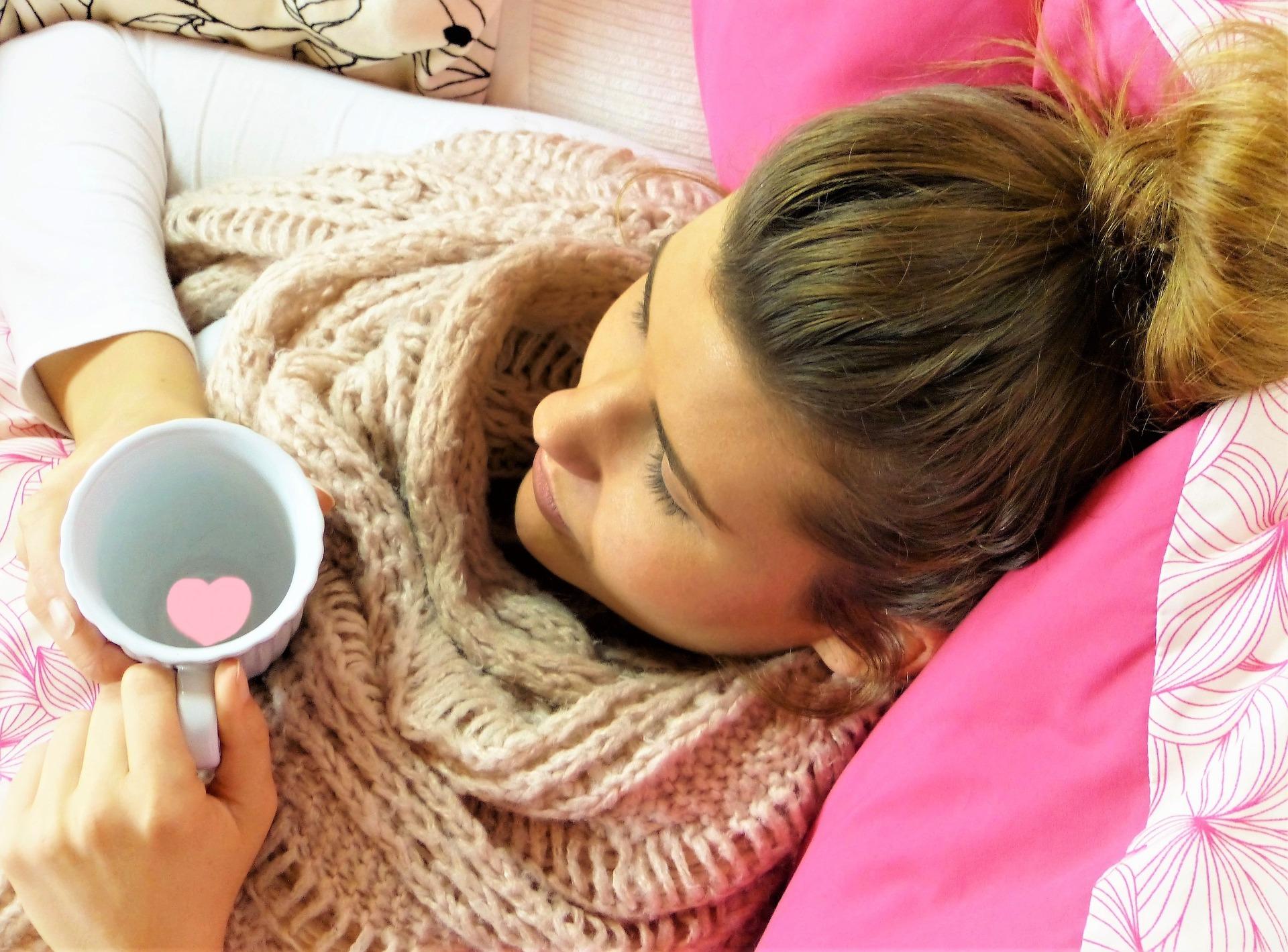 Nainen lepää ja juo teetä
