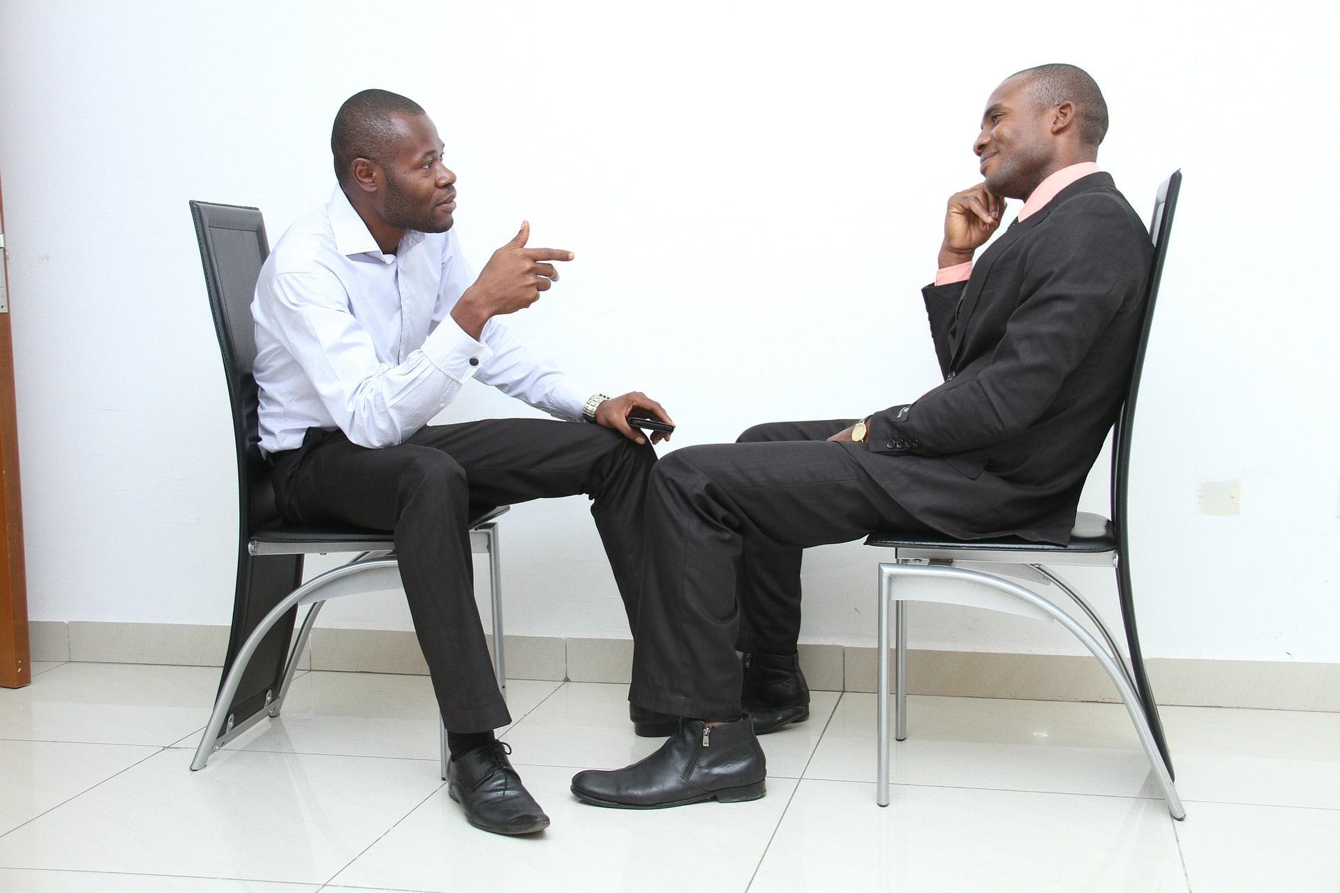 Kaksi miestä keskustelemassa työhaastattelussa
