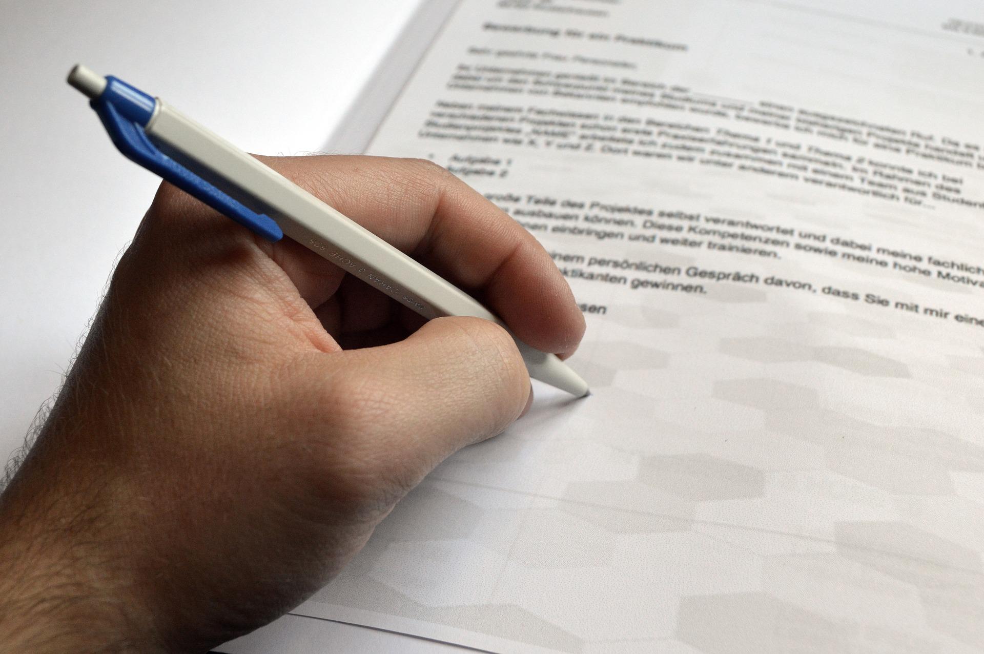 Henkilö allekirjoittaa työhakemusta