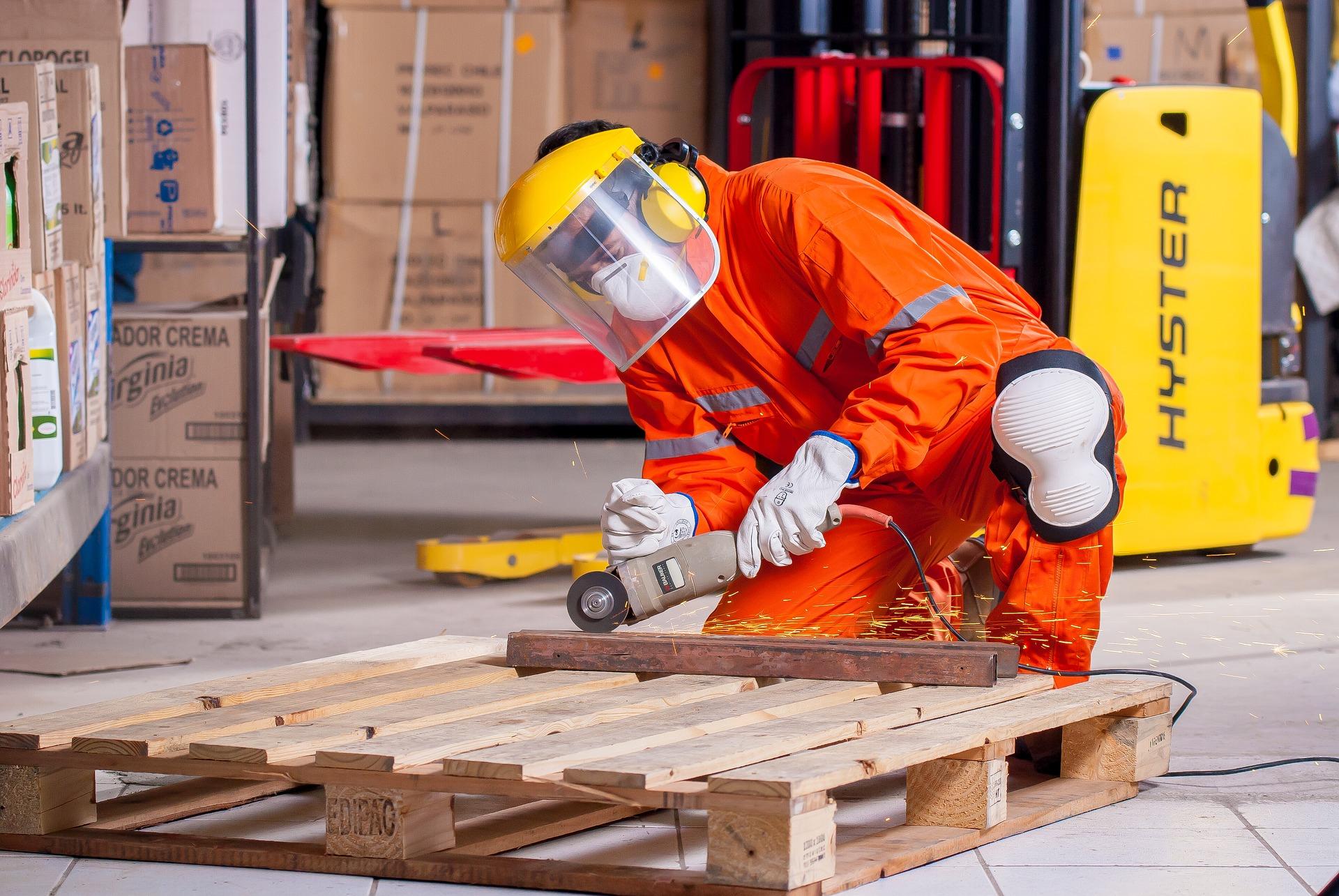 Työntekijä tekee työtään suojavarusteissa
