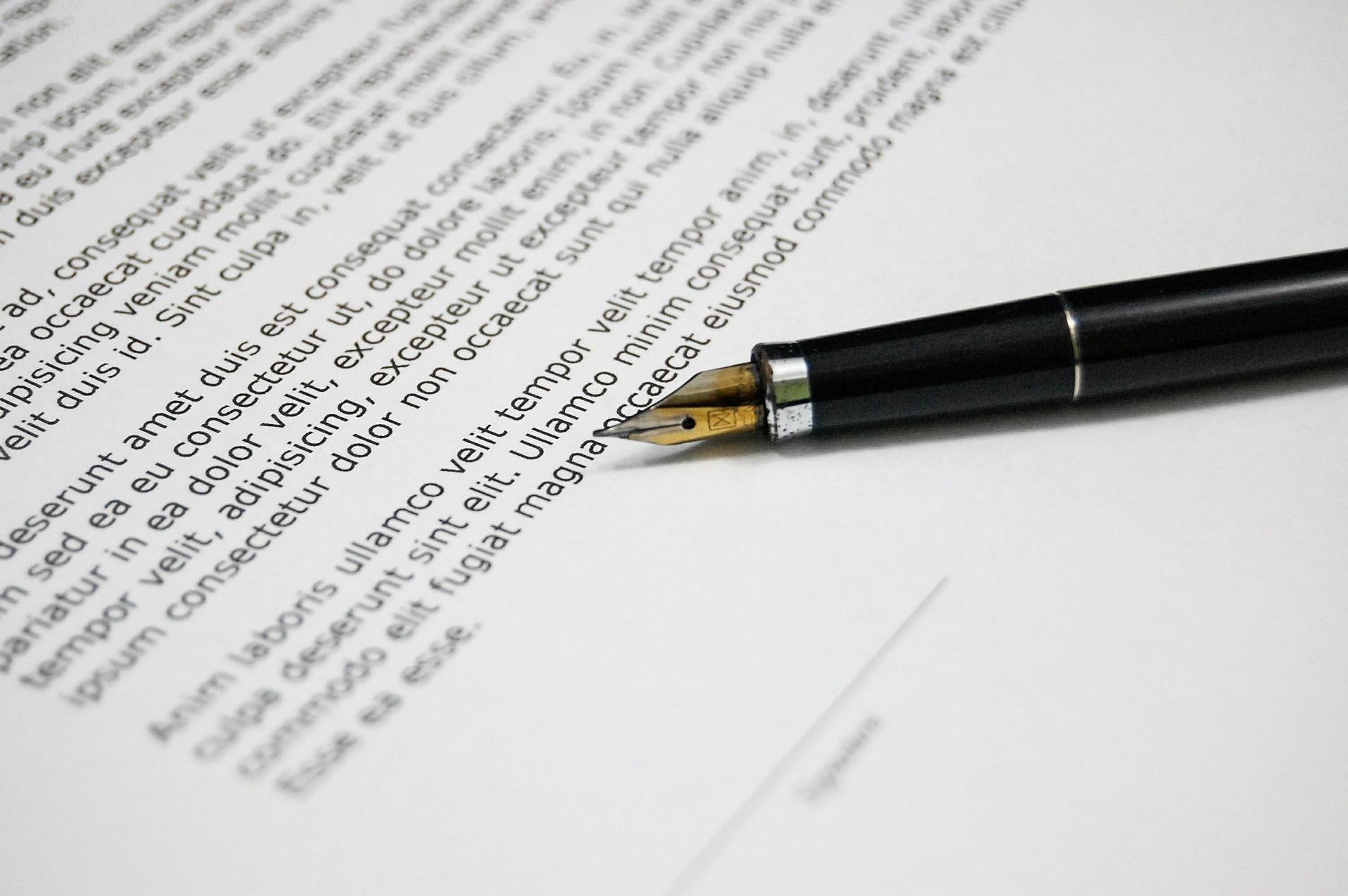 Asiakirja ja kynä pöydällä