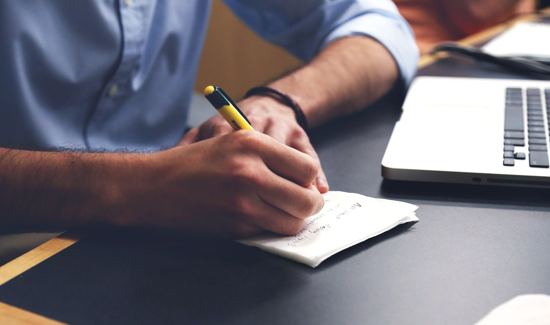 Mies kirjoittaa suunnitelmaa