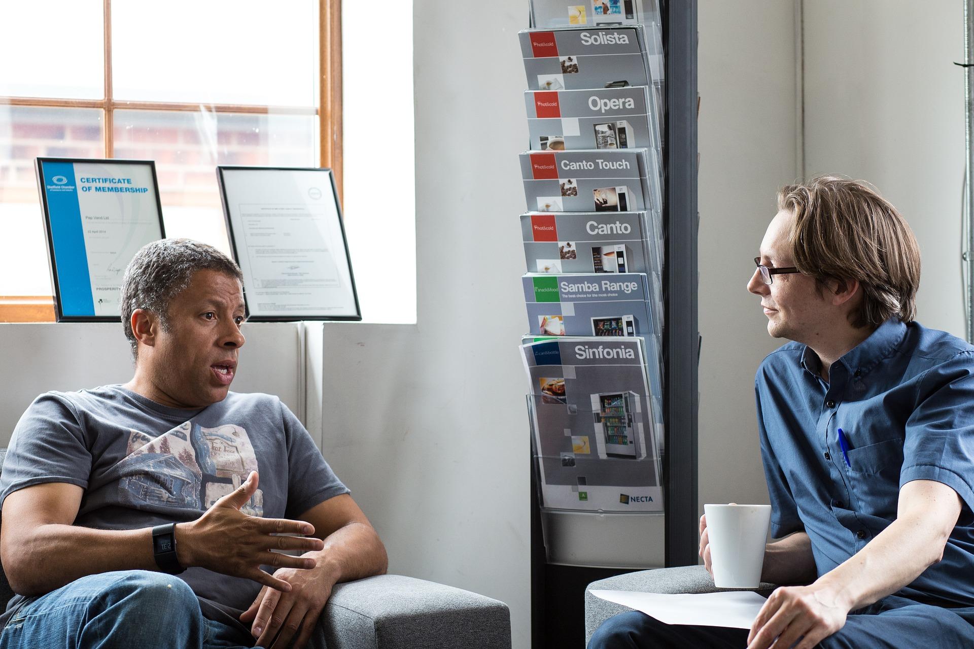 Kaksi miestä keskustelemassa
