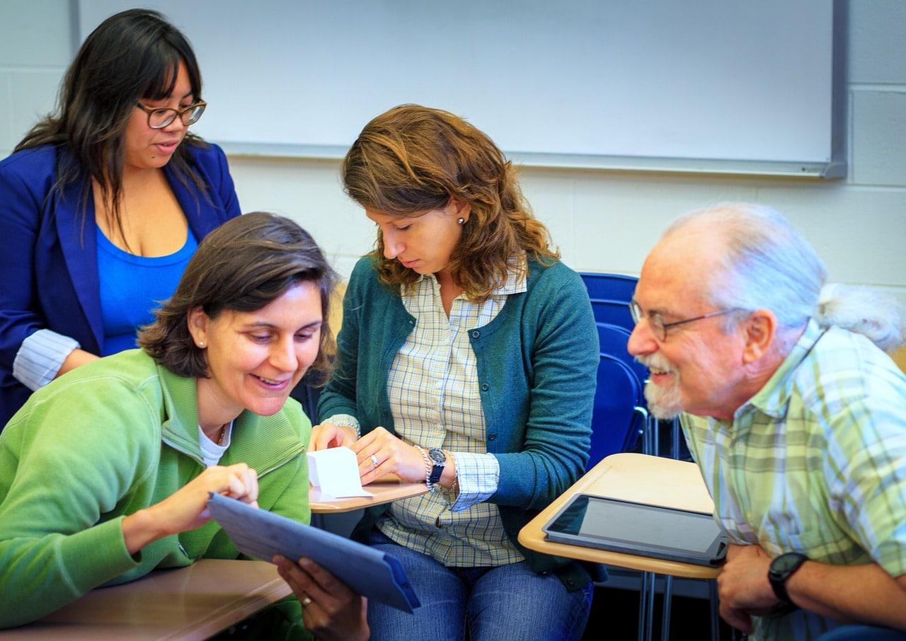 Aikuisia opiskelemassa yhdessä