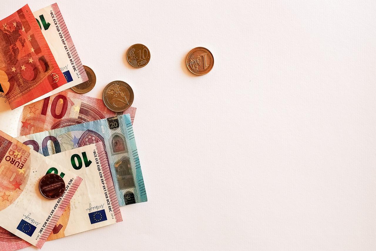 Kolikoita ja seteleitä pöydällä