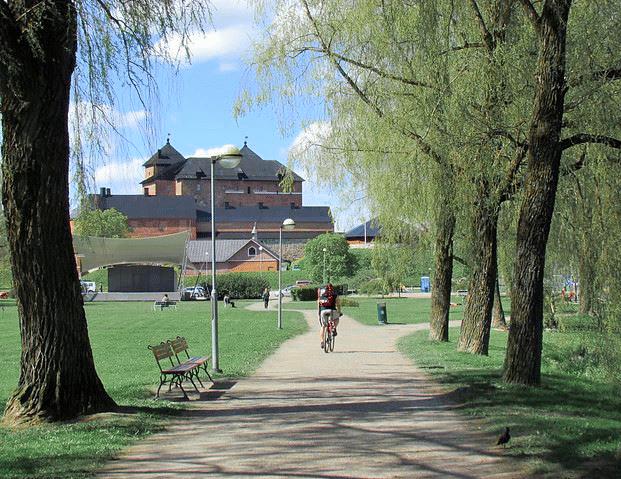 Pyöräilija Linnan edessä