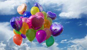 في الصورة بالونات ملونة
