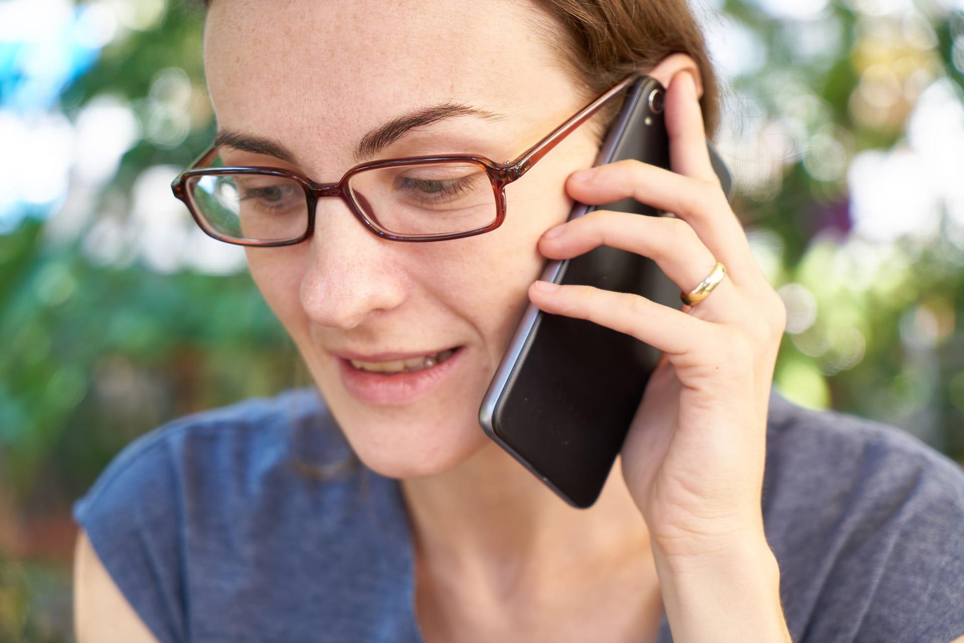 Nainen puhuu puhelimessä