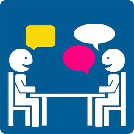 ihmiset keskustelevat